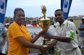 Enmore Receives GT&T Trophy, 2013